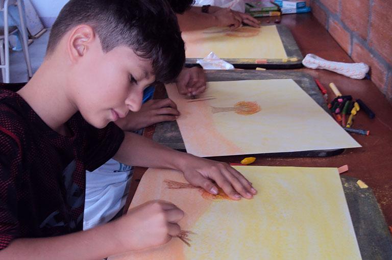 alumno waldorf dibujando